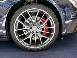 21インチチターノデザインホイールは鍛造ホイールとなりバネ下荷重の軽減を狙いハンドリングも軽快です。
