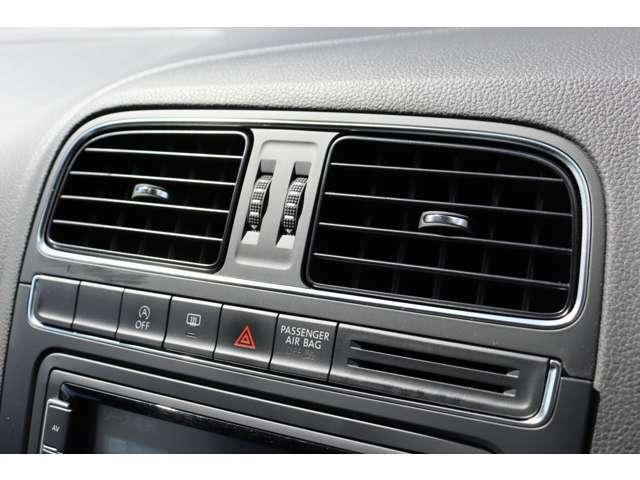 (エアコン吹き出し口)前席のエアコン吹き出し口です。ハザードボタン等もございます。