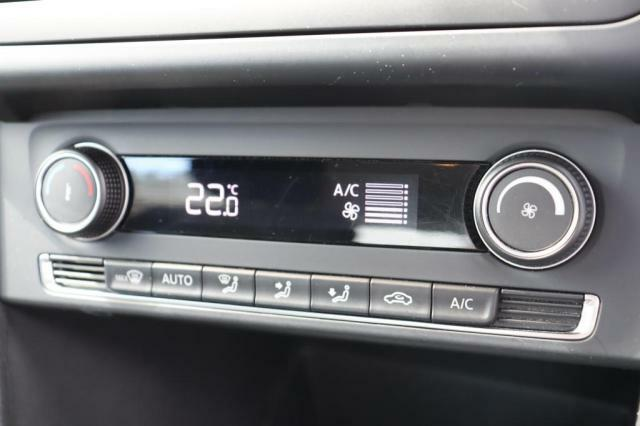 (AUTOエアコン)温度調整のみで風量や風向きを自動調整します。お好みでマニュアル操作に切り替える事も出来ます。