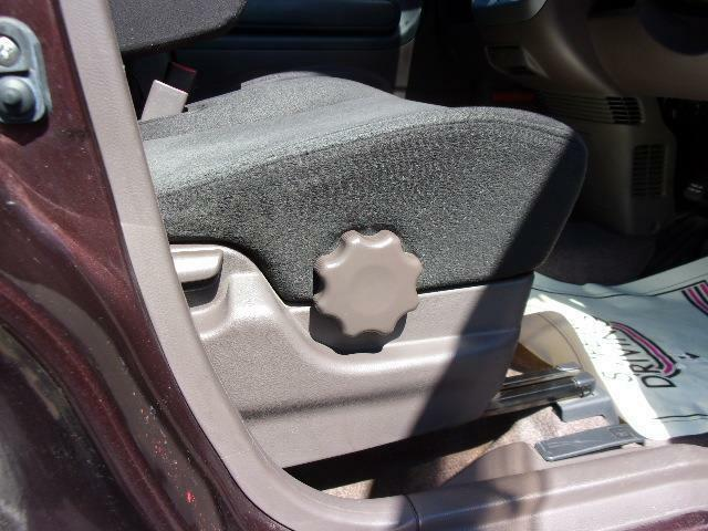 運転席にはシートリフタ装備ですので上下の調整ができます。