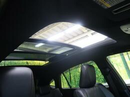 人気装備!!【パノラミックムーンルーフ】開放的なムーンルーフからは、爽やかな風や温かい陽の光が車内に差し込みます。