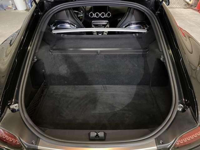 ラゲッジルーム容量はVDA方式で350Lとなっておりスポーツカーでありながらゴルフバックが2セット積めるのが特徴!日本のマーケットを意識した仕様です◎剛性強化も兼ねラゲージコンパートメントバーも装備◎