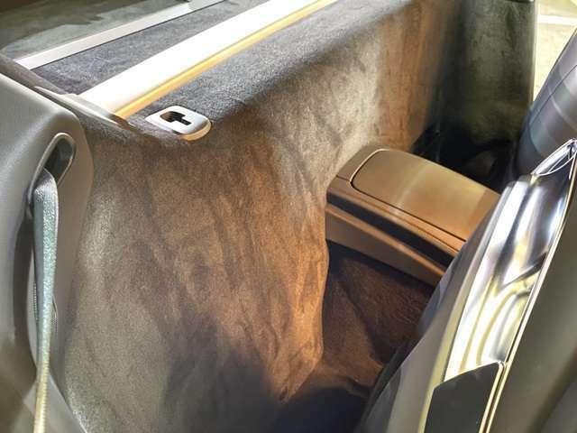 センターコンソールやドアトリムのオプションカーボンがカッコイイ!ドアステップにも別オプションで15万以上のカーボン仕様を装備◎GTSはコンソールのカバーにAMGエンブレムが型押しされていて雰囲気上々!