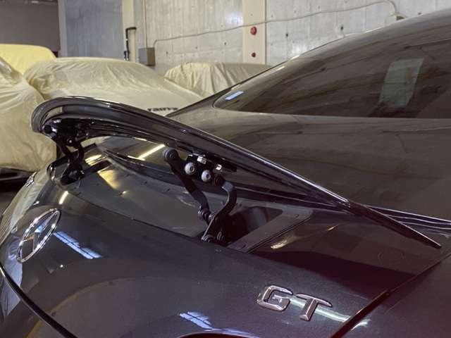 レッドゾーンは7000rpmからで37cm小径ステアリングホイールの操舵力はレースモードですら重くないのも特徴!普段使いでは気負って運転しなくても良い!後方視界も普通な感じでパーテーションカバー装備◎