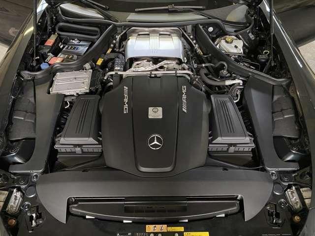 4リッターV8ツインターボエンジンでは2基のターボチャージャーがVバンクの内側に配置する「ホットインサイドV」レイアウトを採用◎鍛造アルミ製のピストンを採用するなどして乾燥重量を209kgに抑えた!