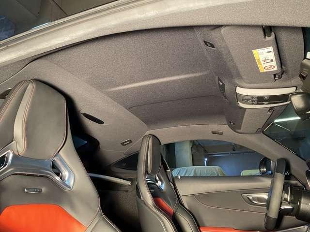 赤/黒のコンビシートがスポーティさを盛り上げる!シートバックにAMGのロゴがありナッパーレザーのスポーツシートはホールド性を高めつつ快適性も申し分無い!クロムパーツをあしらわれることで高級感を高める◎
