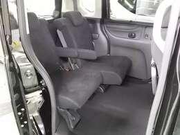 後席シートも足元広々です。左右それぞれにスライド機能あります。