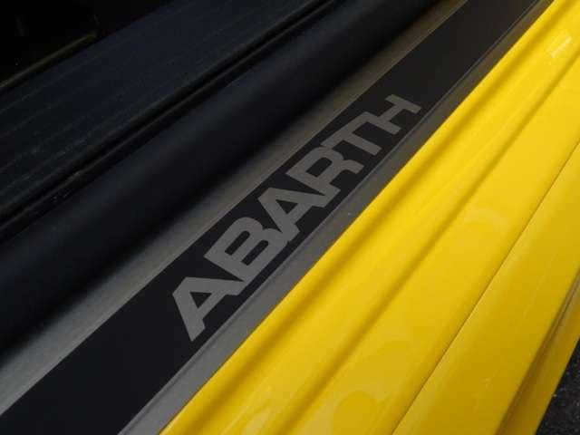 """キッキングプレートに""""ABARTH""""のロゴ・・・ここを越えるとき、あなたはもうすでにABARTHオーナー、もう戻れない・・・(続く)"""