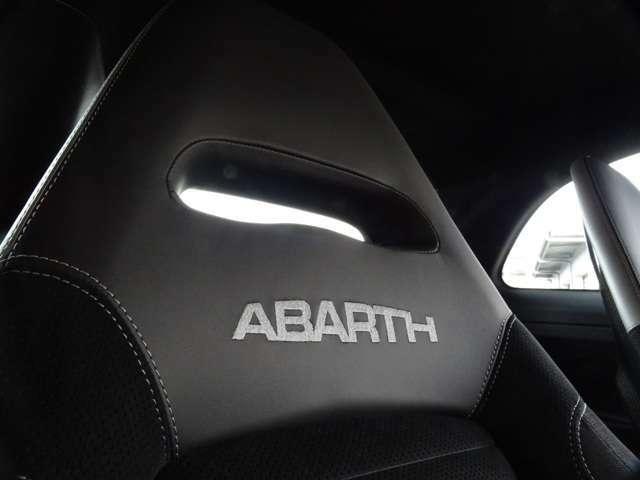 """シートに刻まれた""""ABARTH""""のロゴ・・・(続く)"""