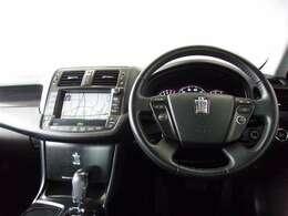 各操作スイッチが使いやすく配置された洗練されたデザインの運転席周り。高速道路で定速走行できるクルーズコントロールが付いています。