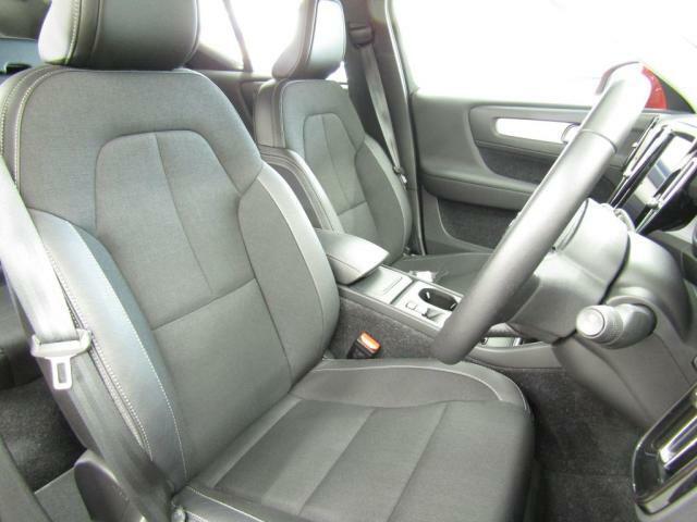 Momentum専用テキスタイルコンビネーションシート。コンビニエンスパッケージ装備車につき、運転席助手席はシートヒーターがご利用いただけます。