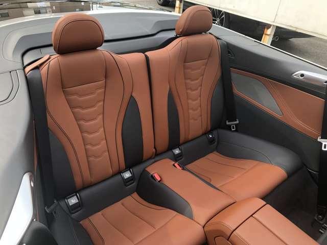 後部座席でゆったり、のんびり、楽しくドライブしませんか?ご家族での楽しいドライブを!センターのアームレストを下ろすとドリンクホルダーもあります☆