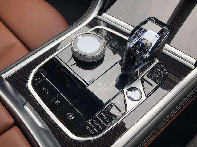 シフト部分で御座います。丸いダイヤルはiDriveという最先端のナビゲーションシステムを標準装備しています。さらに走行モードを切り替え可能で御座います!是非「駆け抜ける喜び」を感じてください☆