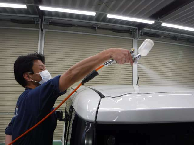 Bプラン画像:専門のカーコーティング施工士が塗装の状態、施工時のコンディションの状況を見極め、最適な施工を致します。ご希望でしたら、施工士からのご説明もいたしますので、是非ご相談ください。