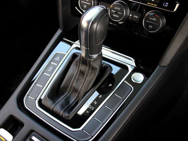 使用感の残りやすいシフトノブ周りもご覧の通り綺麗な状態です。アイドリングストップ、走行モードの切り替えもシフト周囲のボタンで行えます。