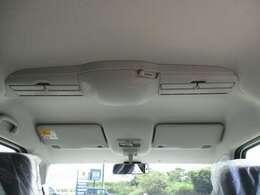室内全体を適温に保つスリムサーキュレーター装備で後部座席も快適です。