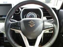 メーターは運転席前に装備されています。手元で音量等が調節できるので運転に集中できます!