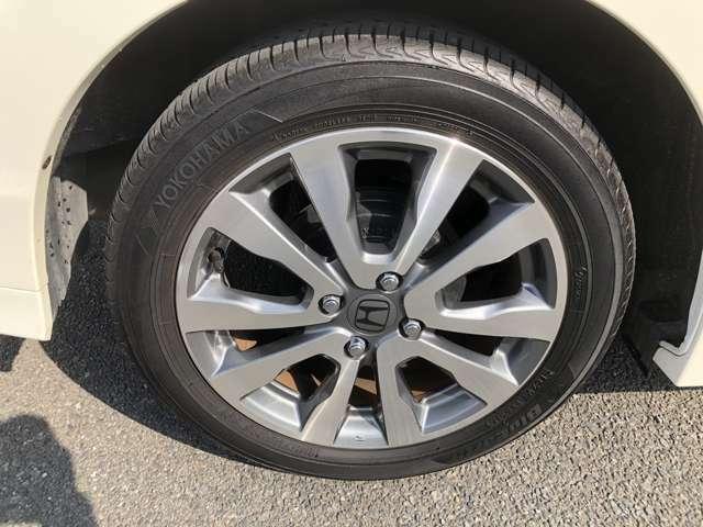 純正アルミホイール。タイヤ目もしっかりございます。