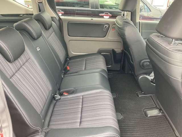 大人の方が座ってもくつろげる2列目シートです。足元の空間にもゆとりがあり、長時間のドライブも快適にお過ごしいただけます。