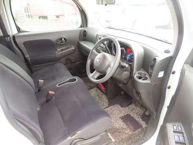 運転席・助手席ともに足元は広々としていて使用感も少なくキレイな状態です♪