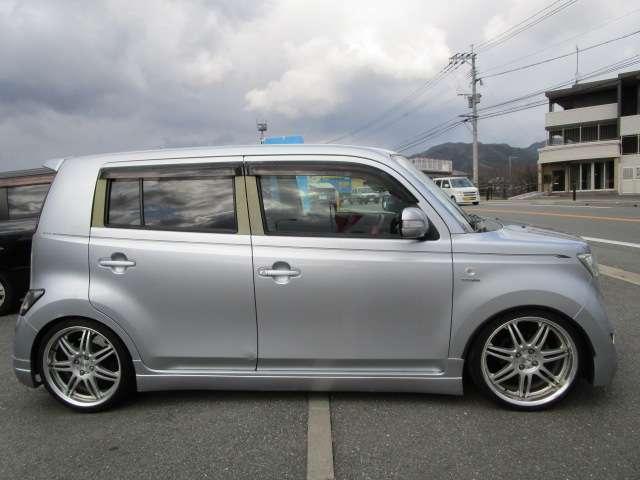 人気の トヨタ bB です!しかも希少カラーの シルバー です!お買い得車です!!