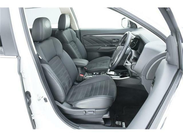 シートは高級感あるハーフレザー仕様のブラック合皮&スエード調コンビシート♪運転席にはパワーシート搭載で好みのポジションを細かく設定可能です♪