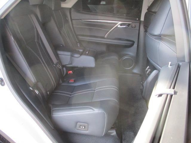【後席シート】状態は良好です♪ 実際にお車に座って頂ければ使い勝手なども実感が湧きますよ♪♪ご遠慮せずご試乗頂ければと思います。