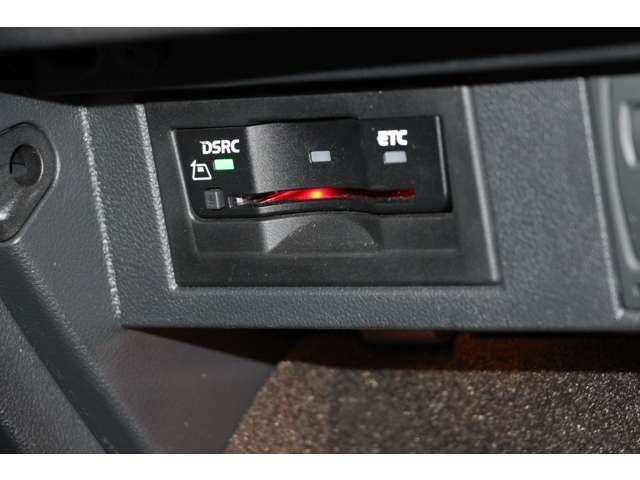 グローブボックスの中にはDSRCを装備しています。道路上の渋滞や、事故、合流などの情報を、リアルタイムに音声で案内します。従来のETC機能に加えて、安全で快適なドライブを実現する情報提供サービスです。