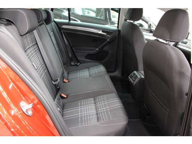 リアシートもフロントシートと同じデザイン!リアシートもきれいな状態を保っています。