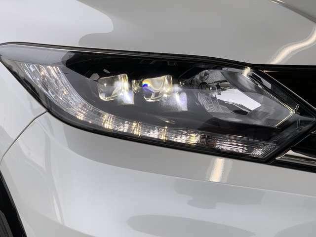 HID・LEDヘッドライトは、本当に明るくて安全です。暗い夜道からお客様を守ってくれます。運転しやすいですし、自慢にもなるかも?黄色いハロゲンライトと見比べてください。