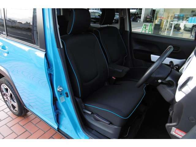 シートは黒布シートにブルーのステッチが入っておりおしゃれです♪