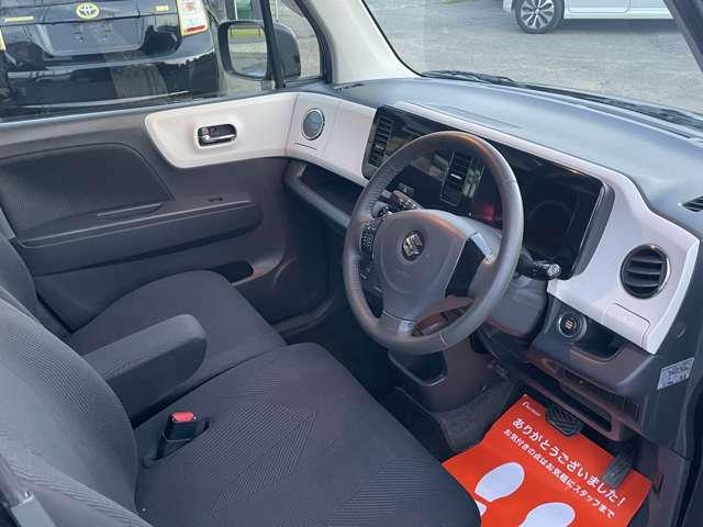 ☆ベンチシート☆運転席・助手席の行き来もしやすく、駐車時に役立ちます!また、開放感もいいですね。一度体感されるとクセになりますよ!