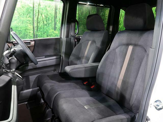 『助手席も十分なスペースがございますので、ゆったりと座って頂けます♪』
