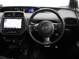 センターメーターで視界良好な運転席廻りです。運転時の視線移動が少なくて済むので安全性にも一役買ってくれますね。ぜひ一度ご覧になってください。見易さが違いますよ。