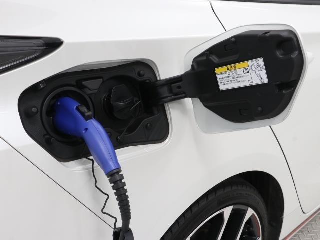 PHVならでは、外部から電気を充電して車を動かすことが出来ますよ。詳しくはスタッフまでお問合せ下さい。
