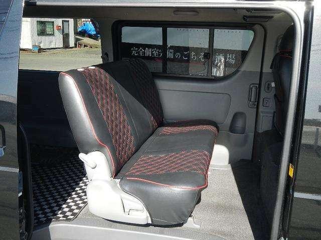 後部座席もキルティングタイプのシートカバーが付いております。