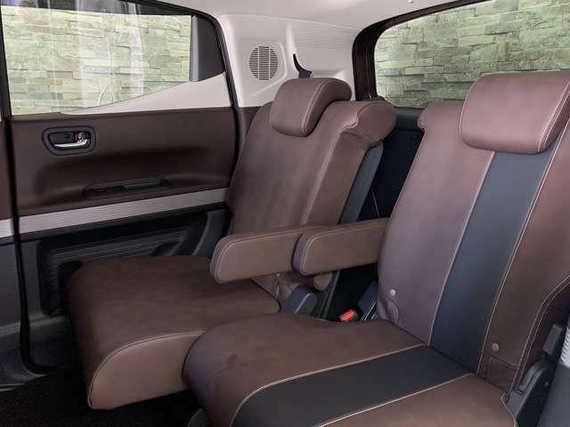 後席も広々!前席との距離や荷室の広さを左右席で別々に調節できる、スライドリアシートです。
