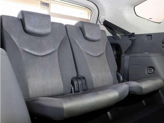 3列目シートもシミや擦れなどなく、きれいな状態です。大切な人と多人数で楽しいドライブが可能です。