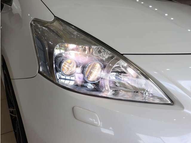 ヘッドライトは純正LEDヘッドライトになります。レンズも黄ばみ等一切無く、非常に綺麗な状態を保っております。ヘッドライトのカスタムもお気軽にご相談ください。