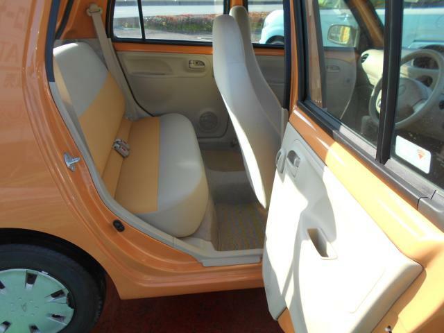 座席にもオレンジ色が入っていていいアクセントですね!