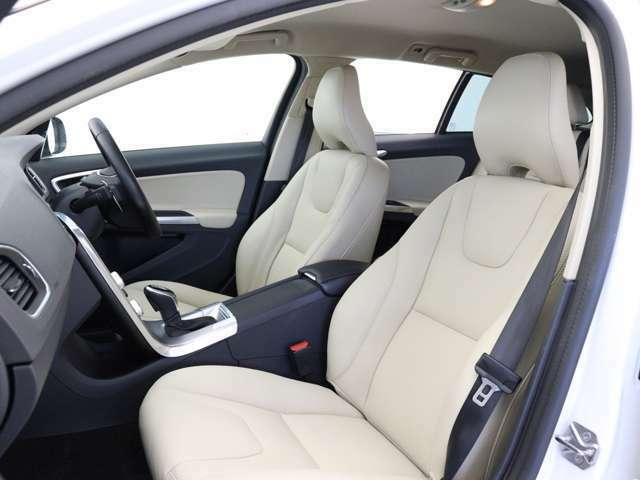 技巧を凝らした素材に囲まれた車内は、上質な調度品が並べられたラウンジを思わせる雰囲気です。立体的な造形がモダンなパワーシートには、SEの名にふさわしく、本革表皮とシートヒーターを標準採用しました。