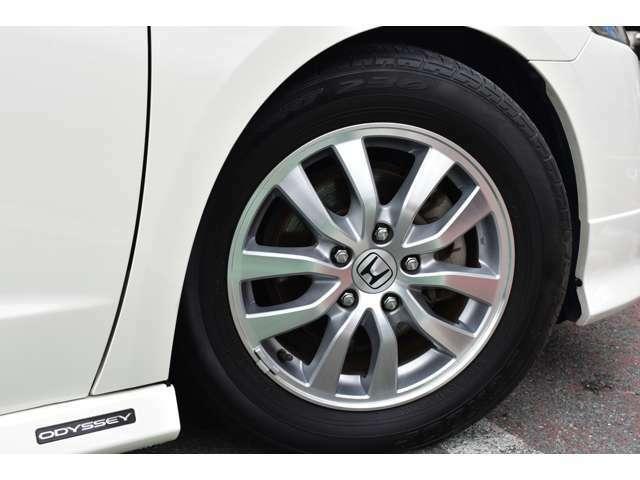 足元は純正16AWにHKSの車高調で程よく固められた足元。。。タイヤの山は4本共に5分山程残っております。
