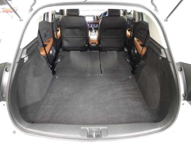 操作はワンアクション。リアシート左右に備えつけられたレバーを引くだけでシートを収納できます。6:4分割可倒式なので片側のシートのみを収納することも可能です