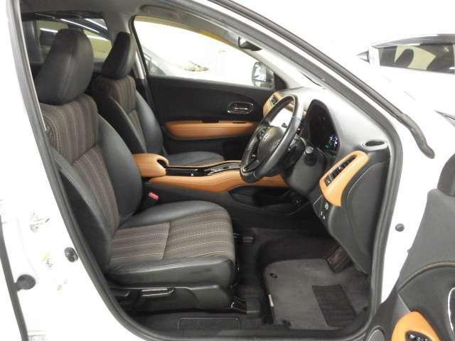 ワイドなコンソールで仕切ることで、運転席と助手席それぞれに独立した空間を確保したフロントシート