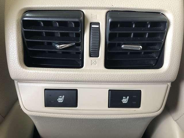シートヒーター付き!直接体を温める仕組みですので、空気の乾きやすいカーエアコンの出力を弱めることができ、空気の乾燥を緩和することができます。女性には、お肌の潤いにも効果的ですね。