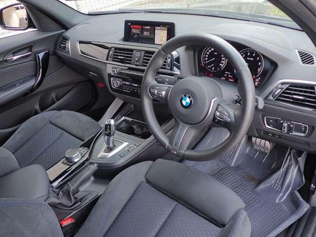 BMW 伝統のコックピットはドライバー志向で設計され、 人間工学を駆使し、細部に到るまで設計されたコックピットを実現しました。