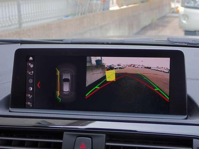 リヤ・ビュー・カメラは、車両後方の障害物や歩行者をコントロール・ディスプレイに表示します。予想進路表示機能により、目標とする駐車スペースに十分な広さがあるかを確認することができます。