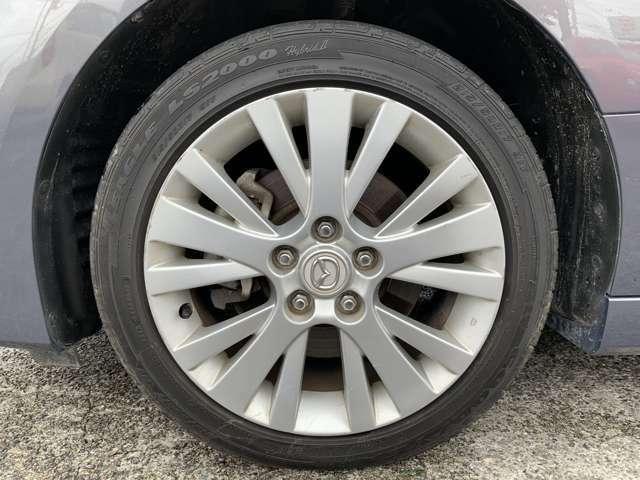 タイヤは純正17インチAWでノーマルタイヤを履いており、タイヤ山はおおよそ各5部山程度、タイヤサイズは215/50R17。スペアタイヤは積み込みです。下廻りにあまり目立ちませんが錆が見受けられました。