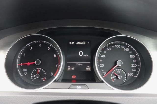 スピードメーター、タコメーターは見やすいアナログメーターになっており、中心にあるディスプレイには、燃費、車速、油温、走行可能距離などを表示することができます!