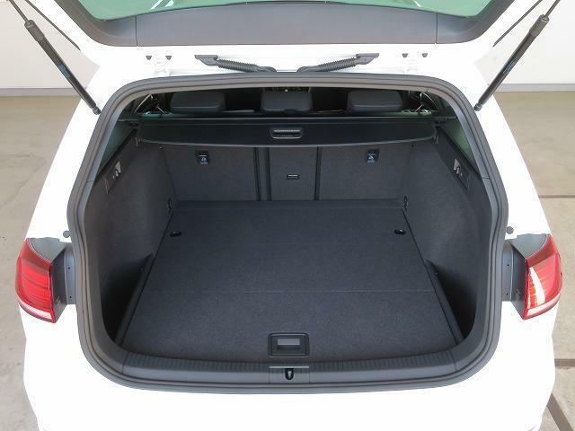 スライディングカバー:巻き取り式のスライディングカバーを標準装備。外から荷物が見えないようにプライバシーを保護し、走行時に荷物が前席に飛び出すこともありません。